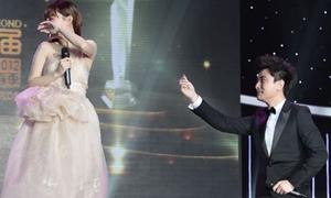 Giả Nãi Lượng quỳ gối cầu hôn Lý Tiểu Lộ trên sân khấu