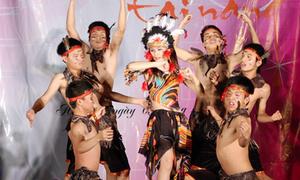 Nữ sinh ĐH Tự nhiên khoe vũ điệu da đỏ hoang dã