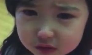 Clip em bé xin lỗi mẹ làm 'tan chảy' teen Việt