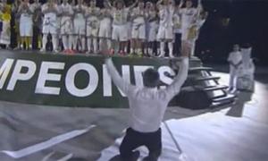 Jose Mourinho quỳ gối cúi lạy cảm ơn các học trò