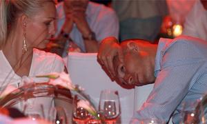 Robben chán nản làm nũng vợ khi thua trận