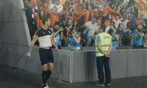 Ronaldo mặc áo cũn cỡn lơ ngơ chạy ra sân bóng