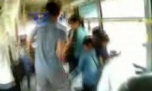 Thanh niên lắc, nhảy 'nhiệt tình' trên xe buýt