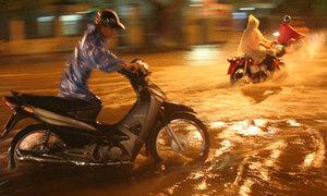 Hà Nội ngập trong trận mưa lớn nhất đầu mùa