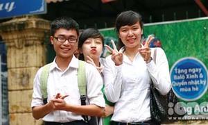 Khoảnh khắc dễ thương sau buổi thi đầu tiên của teen Hà Nội