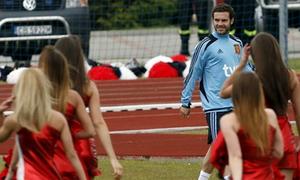 Cầu thủ Tây Ban Nha hớn hở nhìn hoạt náo viên sexy