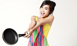 Elly Trần pose cực nhắng với tạp dề