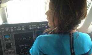Victoria Beckham đầu bù tóc rối 'lái' máy bay