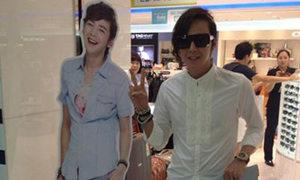 Jang Geun Suk sơ mi quần đùi tạo dáng ở sân bay