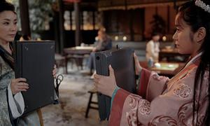 Video hiệp nữ tung chưởng giành... ổ sạc laptop