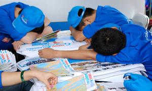 Sinh viên tình nguyện đội mưa, ngủ vật vờ chờ sĩ tử