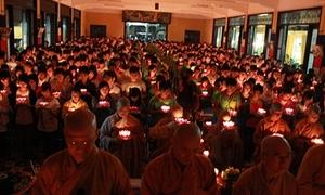 Gần 1.000 sĩ tử Sài thành thắp hoa đăng cầu nguyện