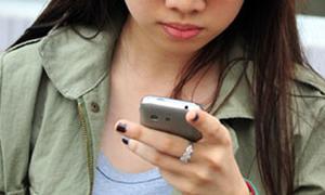 Nữ sinh sử dụng điện thoại trong phòng thi