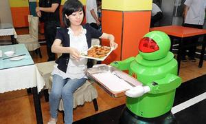 Robot phục vụ ngộ nghĩnh tại nhà hàng
