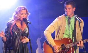 Nick Jonas tái ngộ Demi Lovato trên sàn diễn