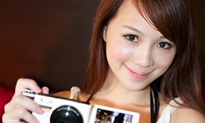 Người đẹp nuột nà cùng máy ảnh mỏng nhất thế giới