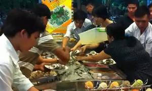 Thực khách Việt tranh cướp đồ ăn ở nhà hàng buffet