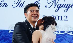 Chú rể Tuấn Tú cười tít ôm chặt vợ yêu