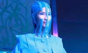 Hoàng Thùy kín như bưng với 'thời trang công nghệ'