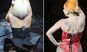 Lady Gaga lộ mỡ thừa với corset thịt sống