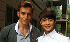 Min Ho đọ dáng với mỹ nam lai
