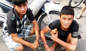 Nam sinh lớp 11 tông thẳng xe máy vào cảnh sát