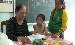 Clip bà lão 74 tuổi dạy trẻ bụi đời viết chữ