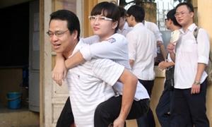 Cư dân mạng xúc động bức ảnh 'Cha cõng con đi học'