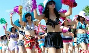 Hàng nghìn cô gái diễu hành với bikini