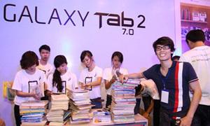 Teen hào hứng đổi sách lấy Samsung Galaxy Tab 2 7.0