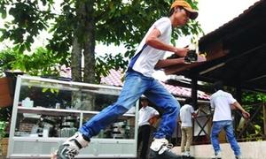 Teen chạy bàn trên giày patin