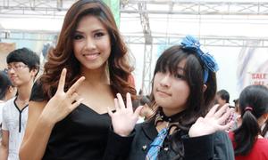 Hoa hậu biển Việt Nam thích thú chụp hình với cosplayers