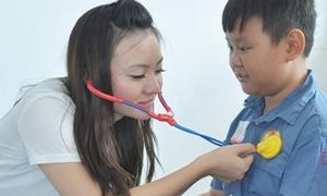 Xuân Mai giả bác sĩ khám bệnh cho các bé