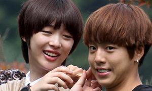 Lee Hyun Woo bị ghen vì được sờ ngực Sulli