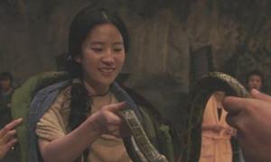 Lưu Diệc Phi hồn nhiên nghịch rắn trên phim trường