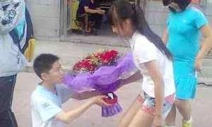 Nam sinh 10x quỳ trên đường phố tỏ tình bạn gái