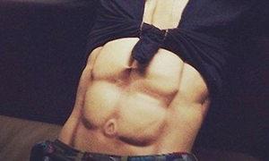 G-Dragon khoe cơ bụng siêu ảo