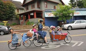 Siêu xe đạp tự chế chở cùng lúc 8 người