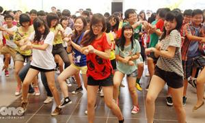 Amsers nhảy tưng bừng giữa sảnh trường học