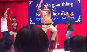 'Chú CSGT' nhảy ngựa gây sốt ở trường Trần Nhân Tông
