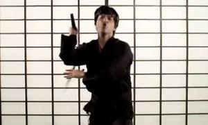 Bruno Mars hóa Lý Tiểu Long múa côn ầm ầm