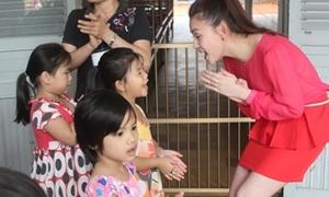 Thu Thủy trổ tài làm cô giáo dạy thanh nhạc