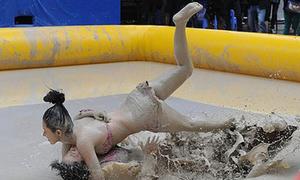 Thiếu nữ bikini vật lộn giữa bùn