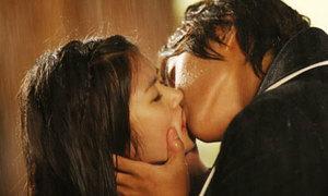 Ôm hôn lãng mạn dưới mưa trong phim Hàn