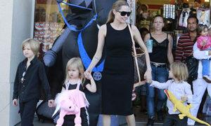Angelina Jolie dẫn con đi sắm đồ Halloween
