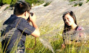 Bạn trẻ Đà Nẵng ào ào đi pose hình với hoa cỏ lau