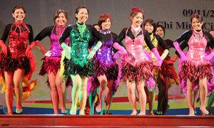 Thiếu nữ Thái Lan diện váy lông vũ nhảy sexy