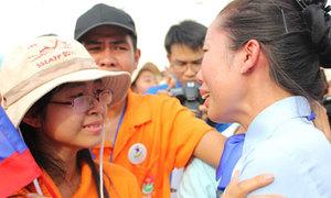 Bạn trẻ khóc òa chia tay tàu Thanh niên Đông Nam Á