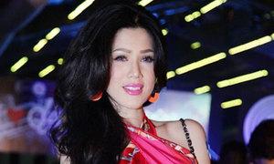 Maria Đinh Phương Ánh dùng khăn quấn ngực