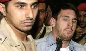 Messi bị chĩa thẳng súng vào mặt